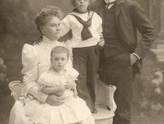 Dr. Batthyány-Strattmann László, felesége és két gyermeke