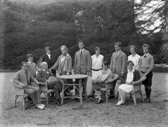 Dr. Batthyány-Strattmann László családja körében a körmendi kastély kertjében