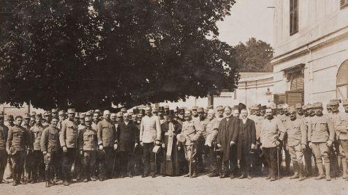 A 19. ezred tisztikara, legénységének egy része és a város vezetősége a kastély udvarán 1917-ben